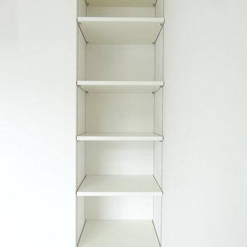 リビングの一角にはこんな収納も。雑貨を飾ってもよさそう。※写真は別室です