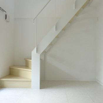 階段もスッキリしていてオシャレなんです。※写真は別室です