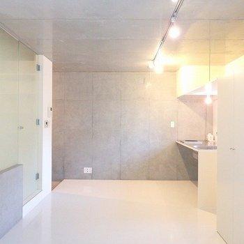 コンクリート打ちっ放し、白い壁、ガラス、デザイン。性高い!※前回募集時の写真です