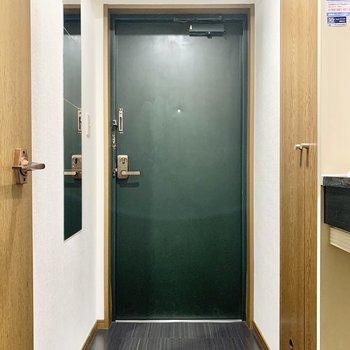 ダークグリーンの扉がシックな玄関です。