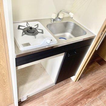 こぢんまりとしたキッチンです。小さめなら冷蔵庫も置けるかな。