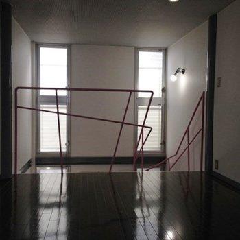 天井まで届く窓。※1階の同間取り別部屋のものです