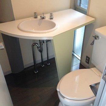 玄関横のお手洗い。※1階の同間取り別部屋のものです