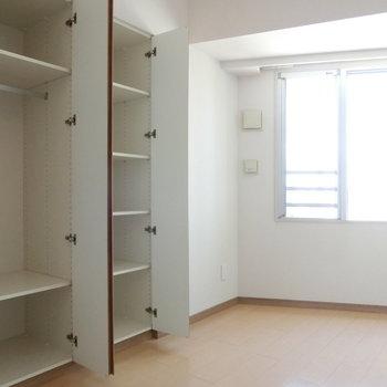 洋室のクローゼットと収納。 ※12階同間取り別部屋の写真です