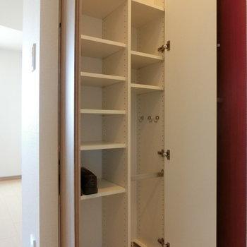 こちらは下駄箱 ※12階同間取り別部屋の写真です