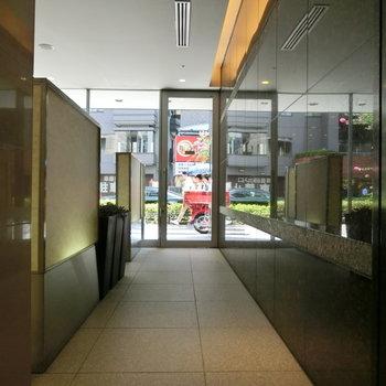 エントランス。横はホテルへの入り口。
