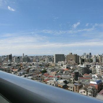バルコニーからの眺望。遠くには山が見えます。 ※12階同間取り別部屋の写真です