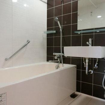 お風呂。タイルがいいですね。手すり付き。 ※12階同間取り別部屋の写真です