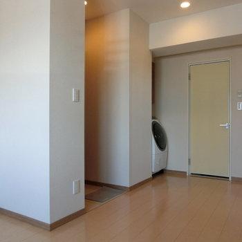 玄関。洗濯機。水回り。 ※12階同間取り別部屋の写真です