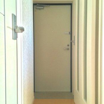 そしてこちらが玄関。扉で仕切れますよ※4階別部屋反転間取りの写真です。