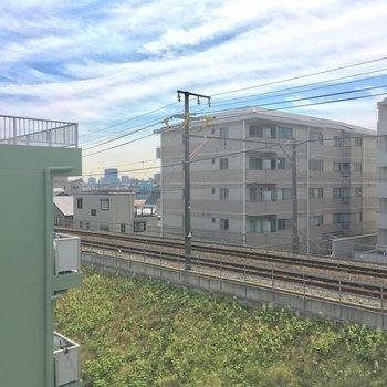ちょっと右を向くと線路なのが残念・・・※4階別部屋反転間取りの写真です。