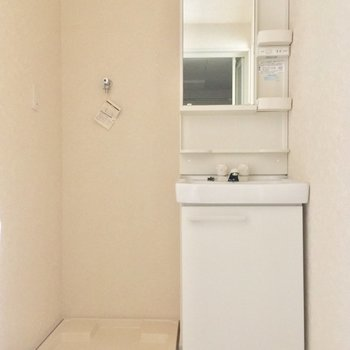 キッチン奥からサニタリーへ!独立洗面台がいいね!※4階別部屋反転間取りの写真です。