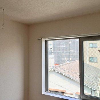 約4.4帖の洋室に室内干し用のフックがありました◎※4階別部屋反転間取りの写真です。