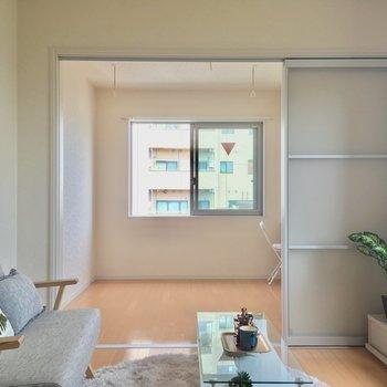 リビングと洋室は繋げて使っても◎※4階別部屋反転間取りの写真です。