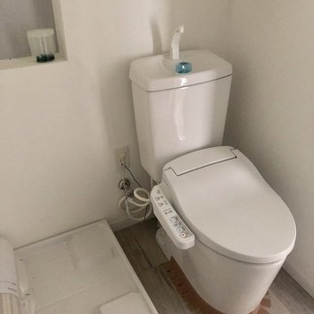 トイレはウォッシュレット付き。※写真は電気がつく前のものです。