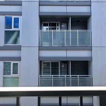 目の前は他の建物。距離があるので圧迫感はありません。