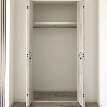 お部屋の収納。洋服をかけて収納できますね。※写真は電気がつく前のものです。