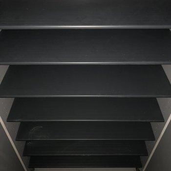 靴箱はなかなか収納できそうですよ。※写真は電気がつく前のものです。フラッシュを使用しております。