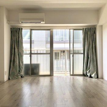 窓が大きいので、光が差しこみやすいですよ。※写真は電気がつく前のものです。
