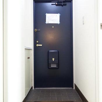 脱衣所から玄関を。