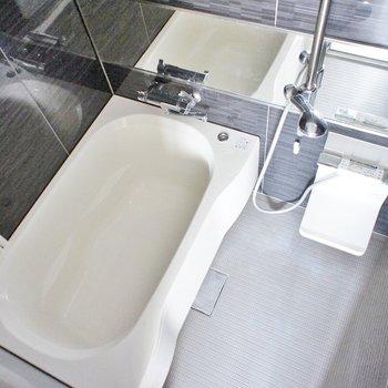 お風呂はぴかぴかでゆったりサイズ