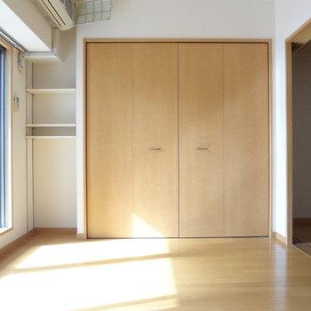 収納スペースは寝室にも。※写真は4階の反転間取り別部屋のものです