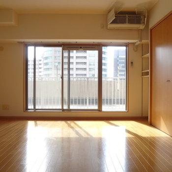 こちらは寝室。日当たりもよし。※写真は4階の反転間取り別部屋のものです