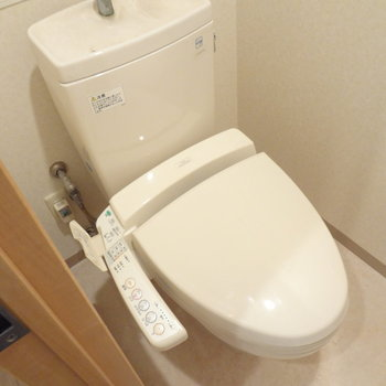 トイレはもちろんウォシュレットつき!※写真は4階の反転間取り別部屋のものです