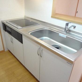 キッチンはお手入れラクラクなIH。※写真は4階の反転間取り別部屋のものです