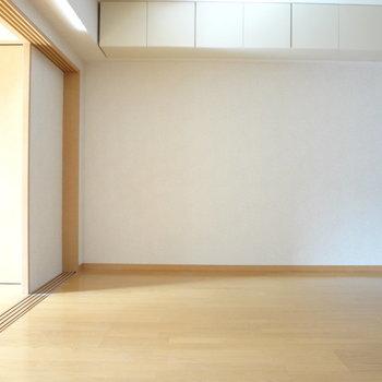 こっちがわにはテレビやソファーかな。※写真は4階の反転間取り別部屋のものです
