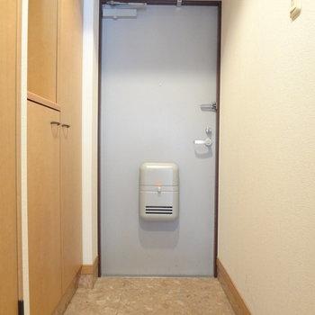 玄関はすっきりと。※写真は4階の反転間取り別部屋のものです