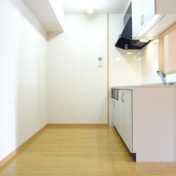 冷蔵庫・食器棚を置いても広々。※写真は4階の反転間取り別部屋のものです
