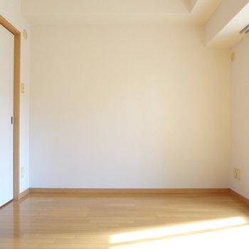 光が入ってくる寝室っているだけで落ち着く。※写真は4階の反転間取り別部屋のものです