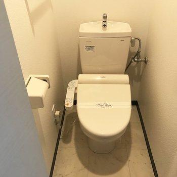 長い玄関の途中にトイレ発見!※写真は前回募集時のもの