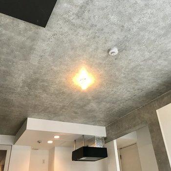 天井はコンクリート!暖色の照明と合うな〜〜※写真は前回募集時のもの