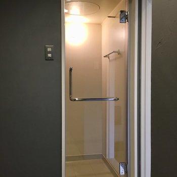 お風呂の扉は透明でスタイリッシュ!