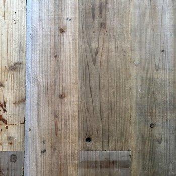 床の無垢材がすごくかっこいい。