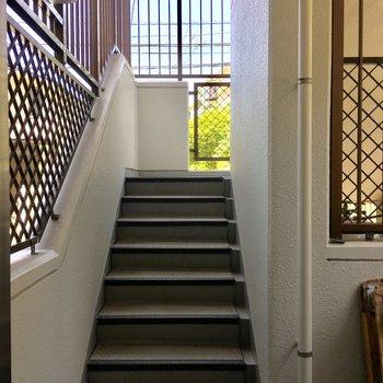 オートロックを開けると階段がお目見えします。