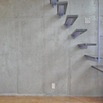 芸術的な階段。※写真は類似間取り別部屋のものです。