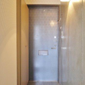 玄関はシンプルに。※写真は類似間取り別部屋のものです。
