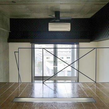 窓が長いので2階部分にも光が。※写真は類似間取り別部屋のものです。