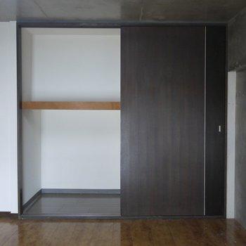 収納は奥行きがあってたっぷり入ります。※写真は類似間取り別部屋のものです。