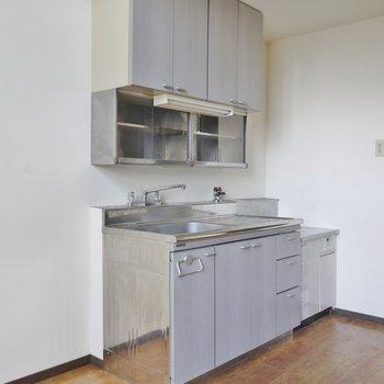 キッチンはガスコンロ設置タイプ※写真は類似間取り別部屋のものです。