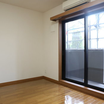 【上階】大きな窓もあり風通しの良い空間です