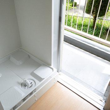 室内に洗濯機置き場あり。隣がすぐベランダなので、便利そうです
