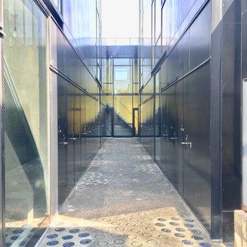共用部を引きで。美術館みたいな雰囲気ですね。※写真は前回募集時のものです