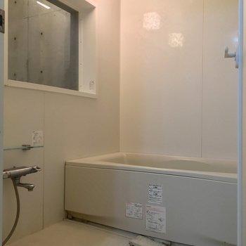 バスルームには謎の窓付き。※写真は前回募集時のものです
