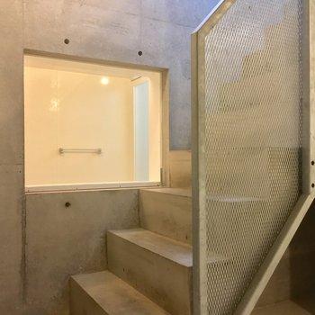 そして居室から見たお風呂。階段の下は......※写真は前回募集時のものです