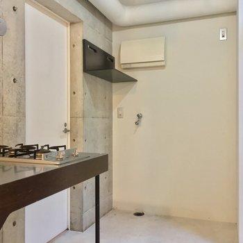 キッチン奥に、冷蔵庫と洗濯機が置けますよ。左の扉を開けると......※写真は前回募集時のものです