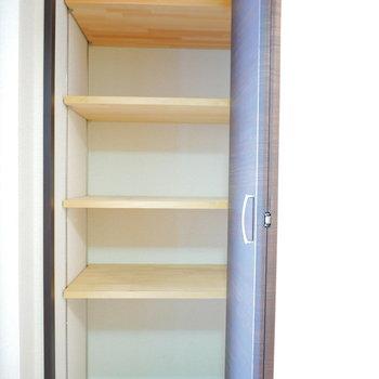 廊下にある収納は便利な可動棚